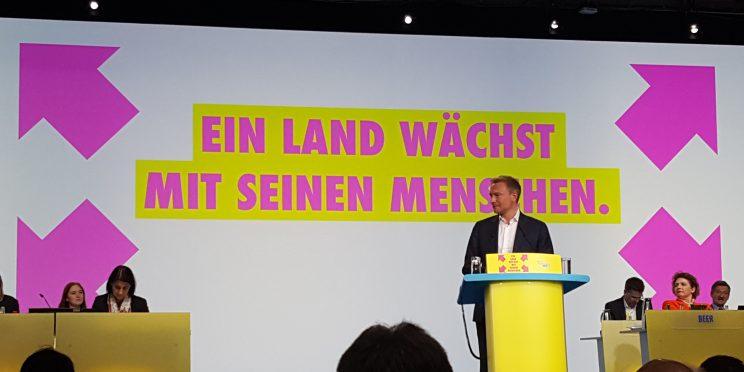 Christian Lindner am Rednerpult beim Bundesparteitag - Ein Land wächst mit seinen Menschen