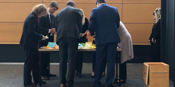 Stimmauszählung im Thüringer Landtag zur Wahl des Landtagspräsidiums auf der konstituierenden Plenarsitzung